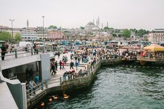 Szczegółowy widok bulwar z statkami, ludźmi, autobusami, budynkami i meczetami, Turcja zdjęcie stock