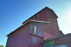 Szczegółowy widok na starzejącym się i zaniechanym domu wiejskim na słonecznym dniu zdjęcie stock