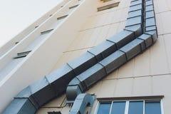 Szczegółowy widok niedawno zainstalowana parowa wentylacji drymba wśród domu wydmuchowe drymby na domu obraz royalty free