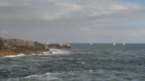 Szczegółowy widok powulkaniczna linia brzegowa z wysokimi falezami i fala łama nad powulkanicznymi skałami, Portugalia zbiory wideo