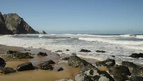 Szczegółowy widok powulkaniczna linia brzegowa z wysokimi falezami i fala łama nad powulkanicznymi skałami, Portugalia zdjęcie wideo