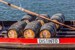 Szczegółowy widok przy Porto wina baryłkami na Rabelo łodzi na Douro rzece, zdjęcie royalty free