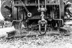 Szczegółowy widok stary furgonu blejtram, ośniedziałych kawałków antykwarski system, czarny i biały wersja obrazy royalty free