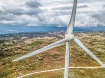 Szczegółowy widok z lotu ptaka trutniem, silniki wiatrowi na górze gór zdjęcia royalty free