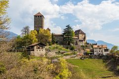 Szczegółu widok na Tyrol kasztelu na górze i krajobrazie Tirol wioska, Gubernialny Bolzano, Po?udniowy Tyrol, W?ochy fotografia royalty free
