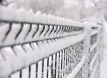 Szczegółu wizerunek aluminiowy stalowego pręt ogrodzenie zakrywający z śniegiem Zdjęcia Stock