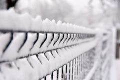 Szczegółu wizerunek aluminiowy stalowego pręt ogrodzenie zakrywający z śniegiem Zdjęcia Royalty Free
