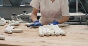 Szczegółu zbliżenie w piekarni grupie ugniata dostawać gotowymi dla gotować chleb piekarzi przygotowywa ciasto, pracują zbiory wideo