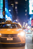 Szczegóły Żółte taksówki zbliżają times square przy nocą, Manhattan, Ne Zdjęcia Stock