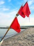 Szczegóły łódź rybacka: pociesza z czerwonymi flaga przy plażą Ahrenshoop Zdjęcia Stock