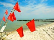 Szczegóły łódź rybacka: pociesza z czerwonymi flaga przy plażą Ahrenshoop Obraz Stock
