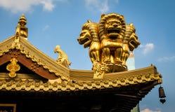 Szczegóły dachowi złoci lwy na Buddyjskim Jing spokój świątynia - Szanghaj, Chiny Obrazy Stock