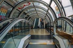 Szczegóły eskalator wśrodku centrum Georges Pompidou i ludzie w Paryż zdjęcia stock