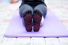 Szczegóły joga poza w ranku parku obrazy royalty free