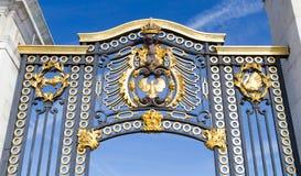 Szczegóły od złoci wrota przy pałac buckingham, Londyn obrazy stock
