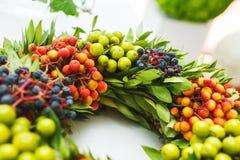 Szczegóły piękny jaskrawy kwiecisty wianek z jagodami Obrazy Royalty Free