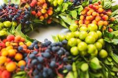 Szczegóły piękny jaskrawy kwiecisty wianek z jagodami Obrazy Stock