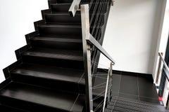 Szczegóły poręcz i schodki nowożytny budynek zdjęcie royalty free