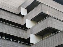 Szczegóły poręcze i balkony na starego brutalist betonowym budynku zdjęcia royalty free