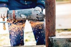 Szczegóły pracownika budowlanego metalu tnący bary używać kąta ostrzarza Fotografia Stock