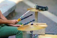Szczegóły ręki dobosz robi muzyce w Ermou ulicie obrazy stock