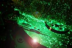 Szczegóły rozpieczętowana komputerowa dysk twardy przejażdżka z barwionymi wzrokowymi włókno skutkami zdjęcie stock