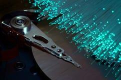 Szczegóły rozpieczętowana komputerowa dysk twardy przejażdżka z barwionymi wzrokowymi włókno skutkami obrazy royalty free