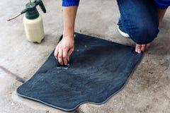 Szczegóły samochodu cleaning - samiec używa fachowych chemicznych rozwiązania czyścić samochodowej podłoga matuje zdjęcia royalty free