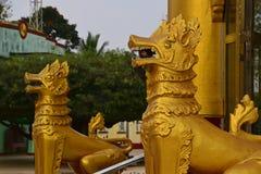 Szczegóły zamykają up dwa złoty Chinthe chroni świątynie przy Shwemawdaw pagodą zdjęcia royalty free