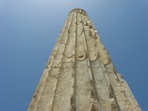 Szczegół antyczna kolumna na jasnym niebieskim niebie Obrazy Royalty Free
