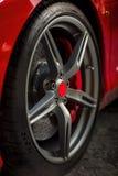 Szczegół na czerwonym super sportowego samochodu kole z czerwieni centrum i czerwieni przerwami Fotografia Stock