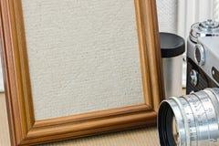 Szczegółowy widok pusta drewniana fotografii rama i rocznik kamera Zdjęcia Royalty Free