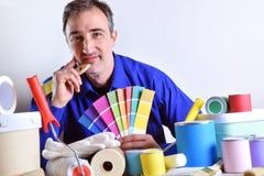 Szczegół pracownik przedstawia farba produkty zdjęcia royalty free