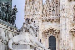 Szczegół statua lew w centrum piazza Del Duomo z Duomo di Milano w tle Obrazy Royalty Free