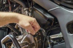 Szczegółu widoku kontrola nafciany poziom w motocyklu silniku zdjęcie stock