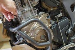 Szczegółu widoku kontrola nafciany poziom w motocyklu silniku obraz stock