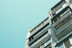 Szczegóły mieszkaniowy budynek mieszkaniowy z balkonami w a Zdjęcie Stock