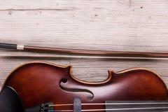Szczeg?? klasyczny skrzypce na drewnianym tle Studio strzelaj?cy stary skrzypce fotografia royalty free
