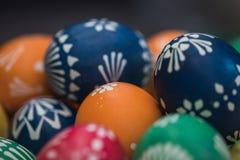 Szczeg??owy makro- strza? handpainted kolorowi Easter jajka w dekoracyjnym gniazdeczku obraz royalty free