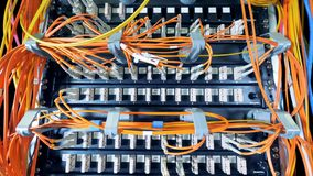 Szczeliny dane serwery z mnóstwo drutami czopowali w one zdjęcie wideo