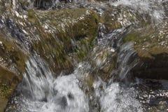 Szczeliny na halnej rzece Zdjęcia Royalty Free
