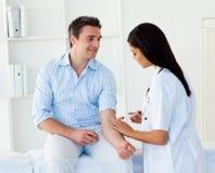szczepionka doktorski daje męski pacjent Zdjęcia Royalty Free