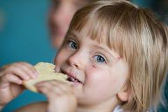 Szczera dziewczynka ma śniadanie w letnim dniu w domu Zdjęcia Royalty Free
