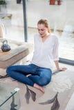 Szczera piękna młoda kobieta oparta dla ranku joga praktyki z powrotem zdjęcie royalty free