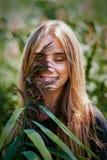 Szczerość uśmiechu blondynki dziewczyna w naturalnym tle obraz stock