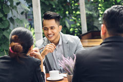 Szczery biznesmena spotkanie przy kawiarnią z jego drużyną Zdjęcie Stock