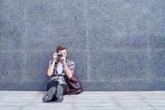 Szczery chłopiec obsiadanie i brać fotografie z rocznik kamerą Obrazy Stock