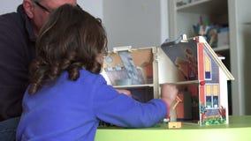 Szczery millennial dziecko i tata bawić się z dollhouse plecy strzałem SF zdjęcie wideo