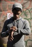 Szczery portret młody człowiek sprawdza jego zegarek w Brooklyn, Fotografia Royalty Free