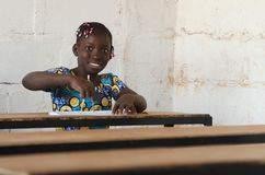 Szczery strzał czarnego afrykanina pochodzenia etnicznego dziecko - Międzynarodowy Wom Obraz Stock